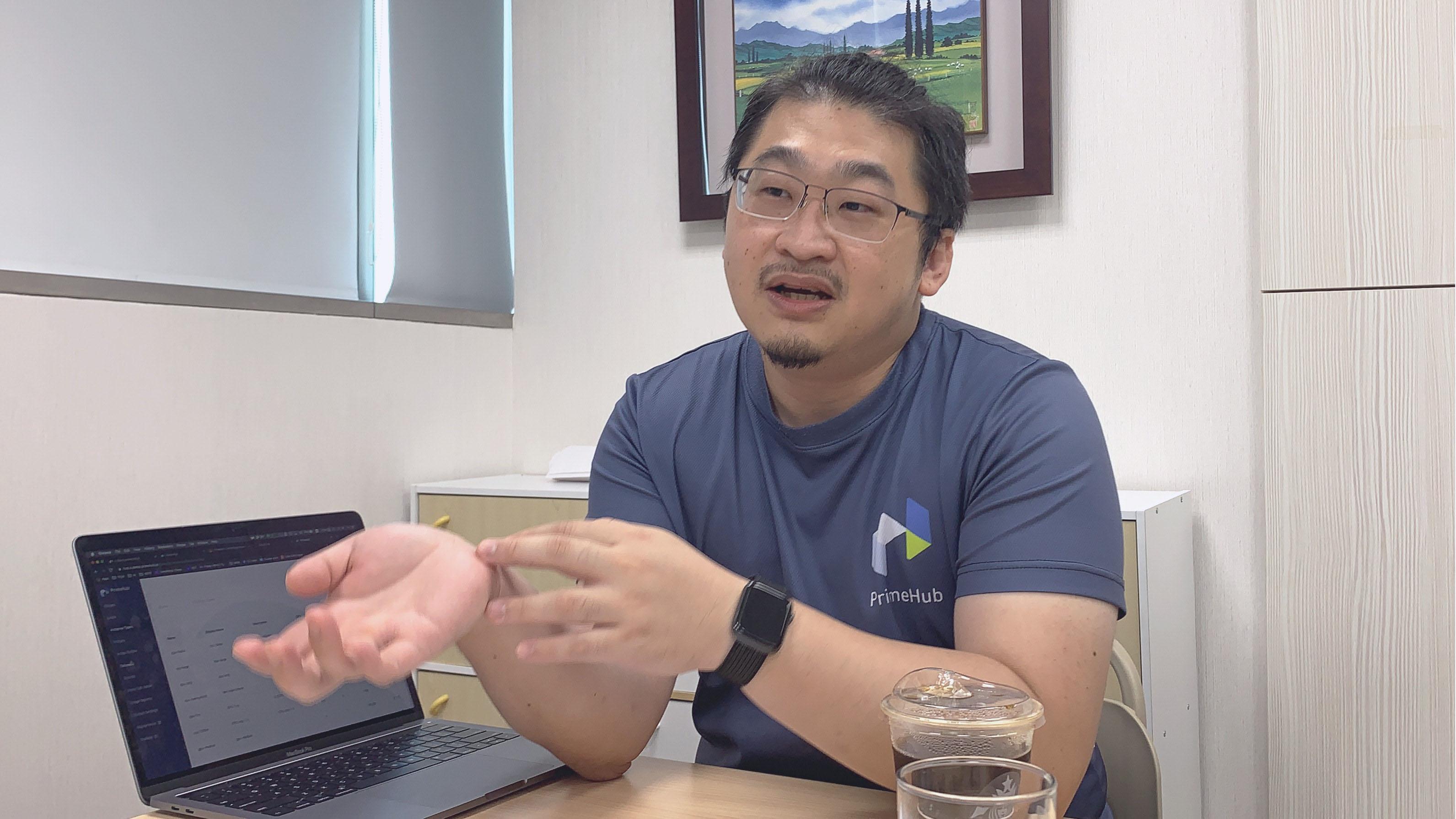 InfuseAI 共同創辦人兼營運長薛良斌展示 PrimeHub 產品介面